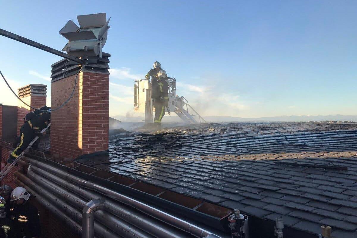 Desalojan un hotel con 80 habitaciones tras un incendio en la cubierta