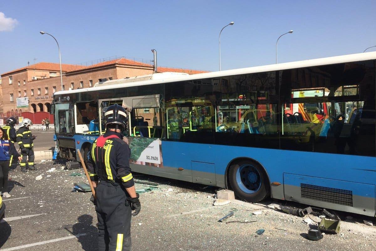 Aparatoso accidente de un autobús de la EMT