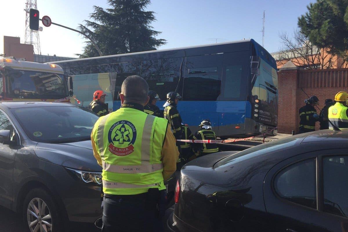 Muere un hombre tras ser atropellado por un autobús de la EMT