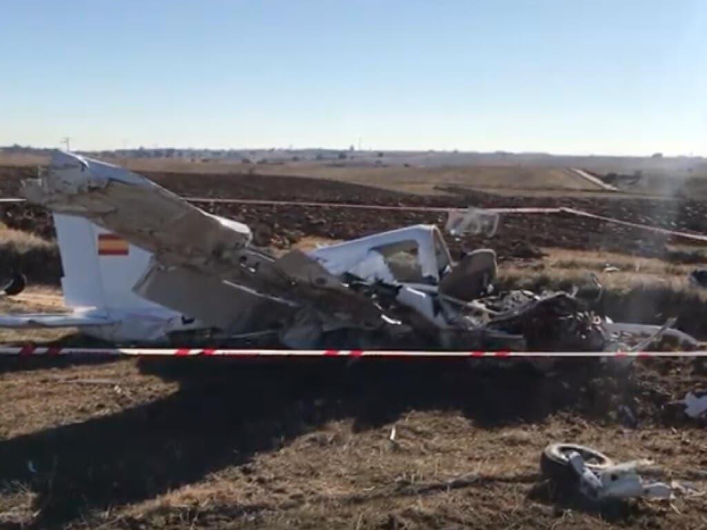 Dos muertos al estrellarse una avioneta en un camino rural