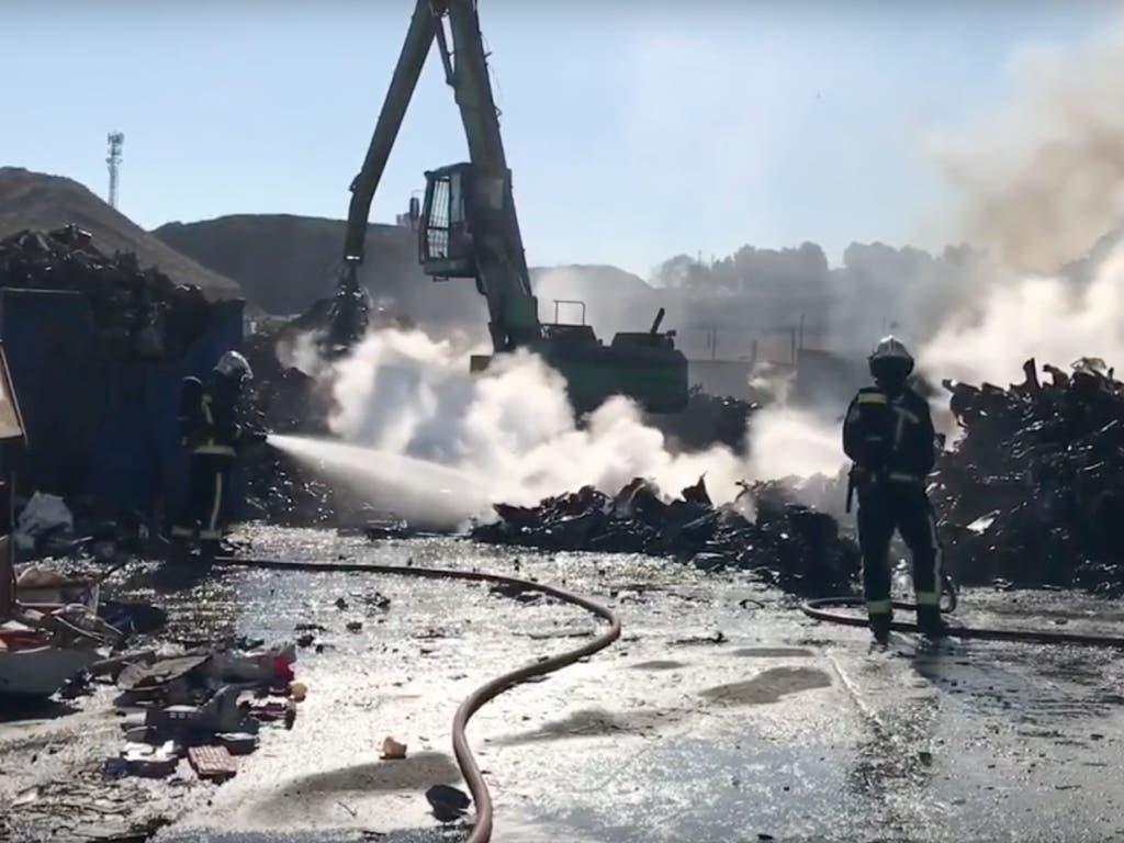 San Fernando realoja a 34 personas tras el incendio de la chatarrería