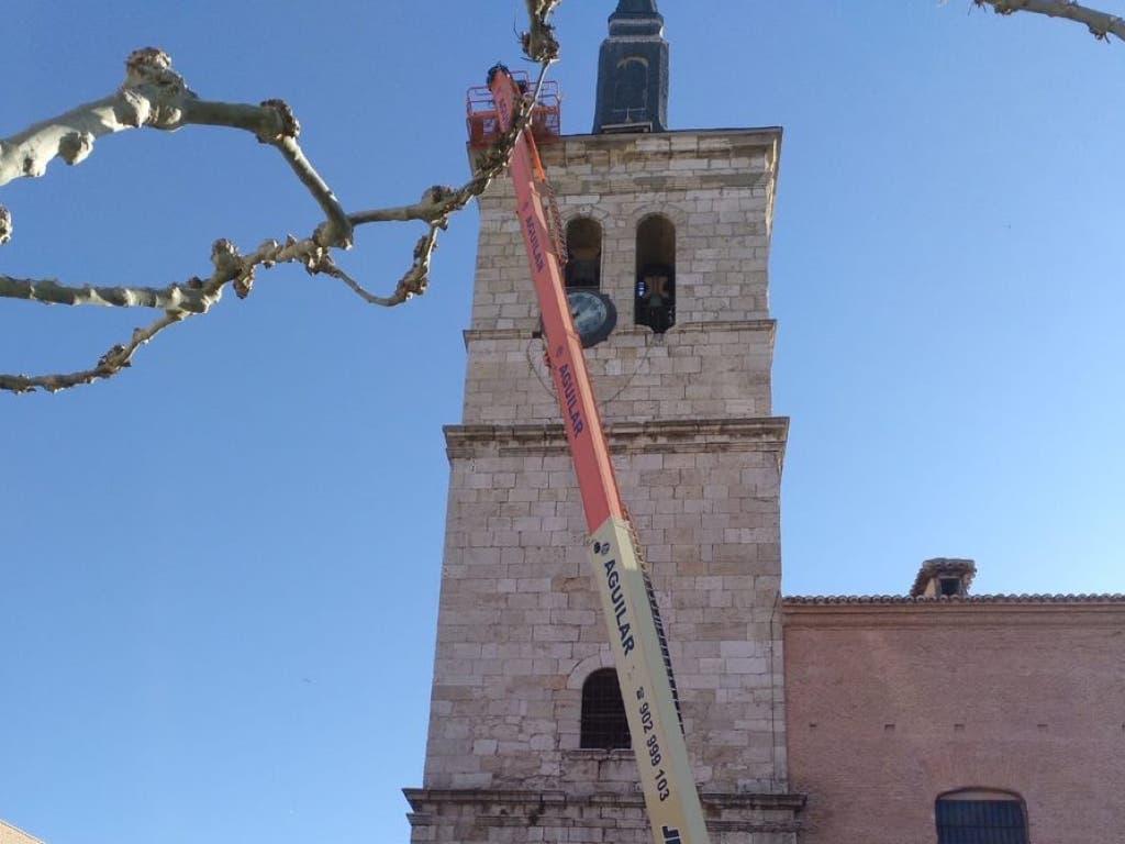 Torrejón confirma que las cigüeñas volverán a la torre de la iglesia