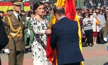 La reina entrega en Paracuellos la bandera al regimiento Nápoles de Paracaidistas