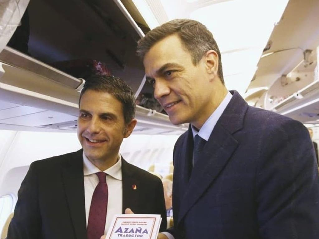 El alcalde de Alcalá de Henares visita en el Falcon con Sánchez la tumba de Azaña