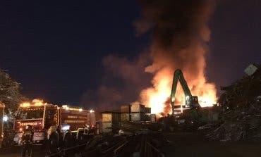 Extinguido por completo el incendio de chatarra en San Fernandode Henares