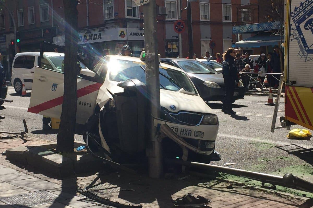 Un taxista sufre un mareo y vuelca el taxi en Vallecas