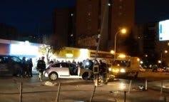 Sale ileso tras chocar su coche contra una farola en Coslada