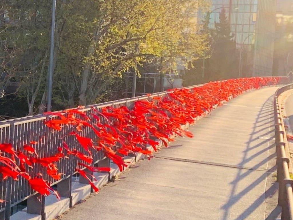Miles de lazos rojos llenan las calles de Madrid para no olvidar el Sida
