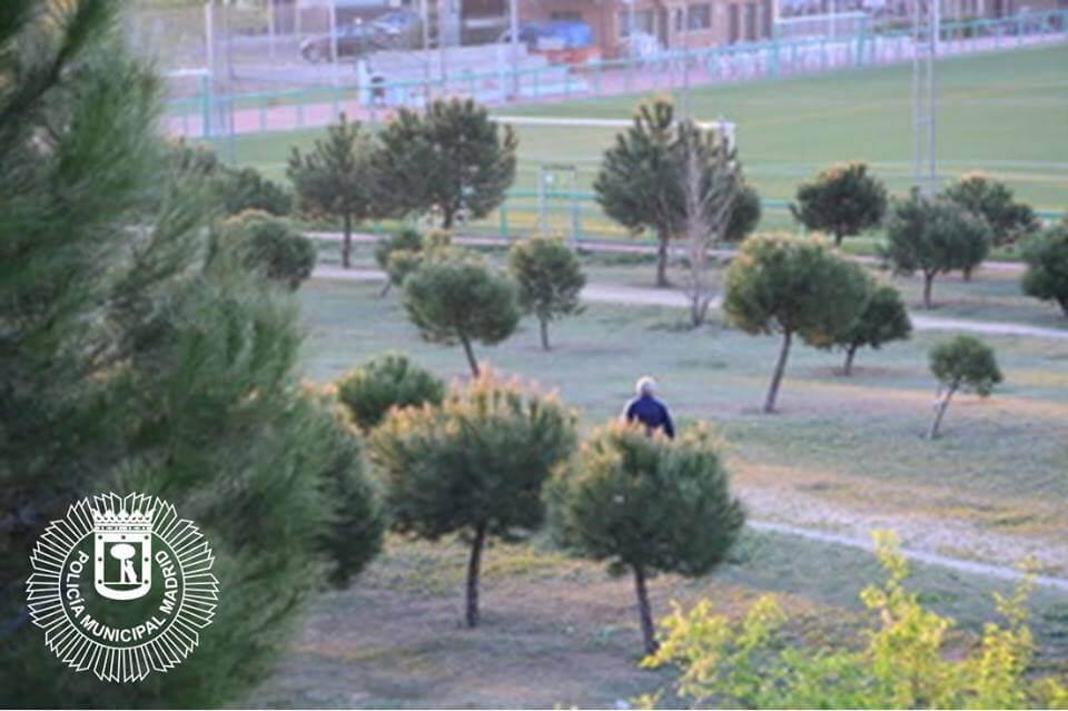 Identifican al sospechoso de dejar salchichas con alfileres en un parque de Barajas