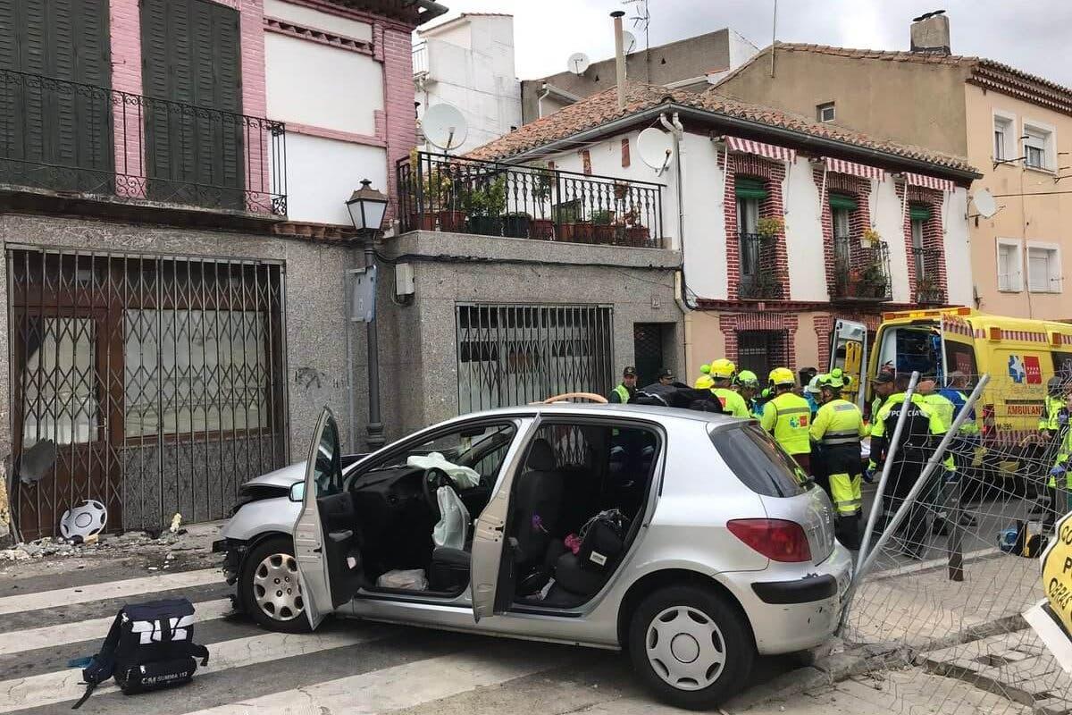 Heridas dos mujeres y dos niñas al chocar su coche contra una pared