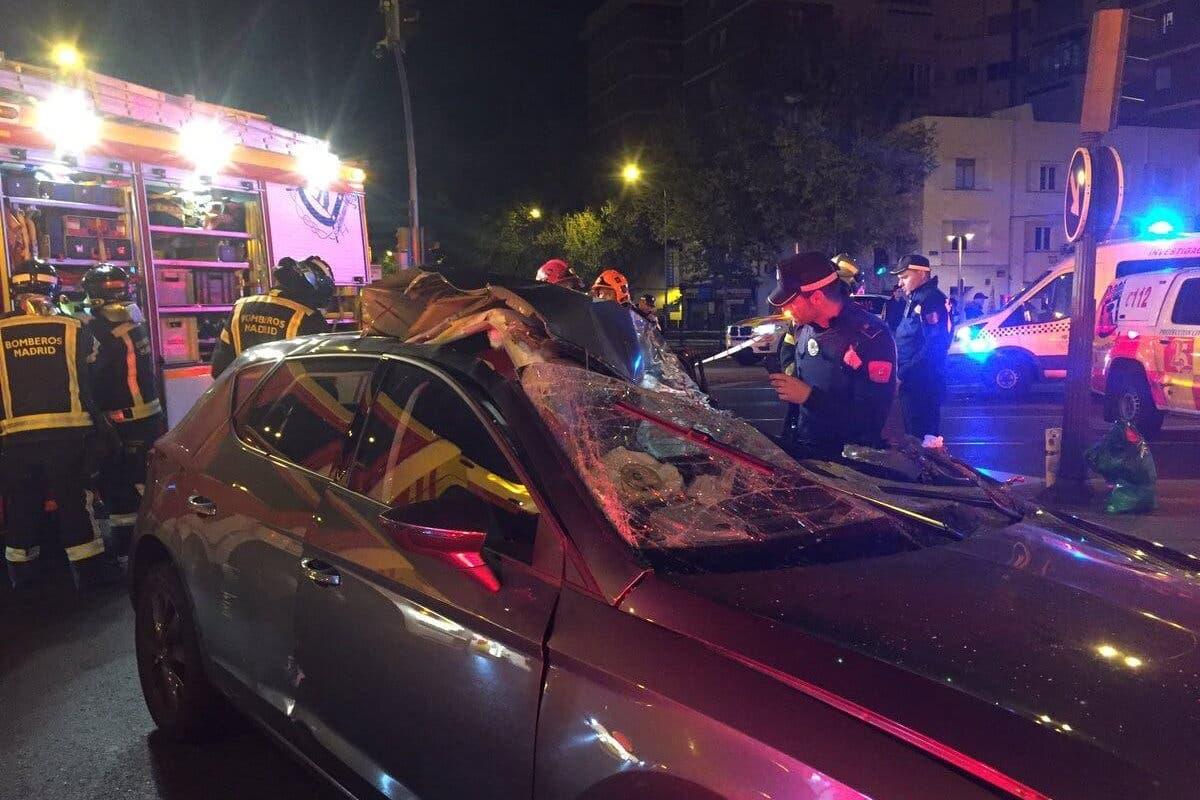 Una mujer herida grave al empotrar su coche contra un camión en Avenida de América