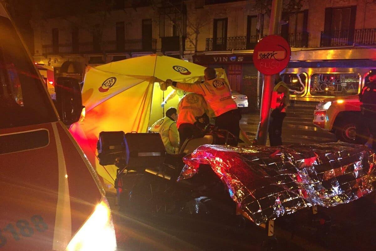 Muere un motorista al chocar contra un semáforo en Madrid