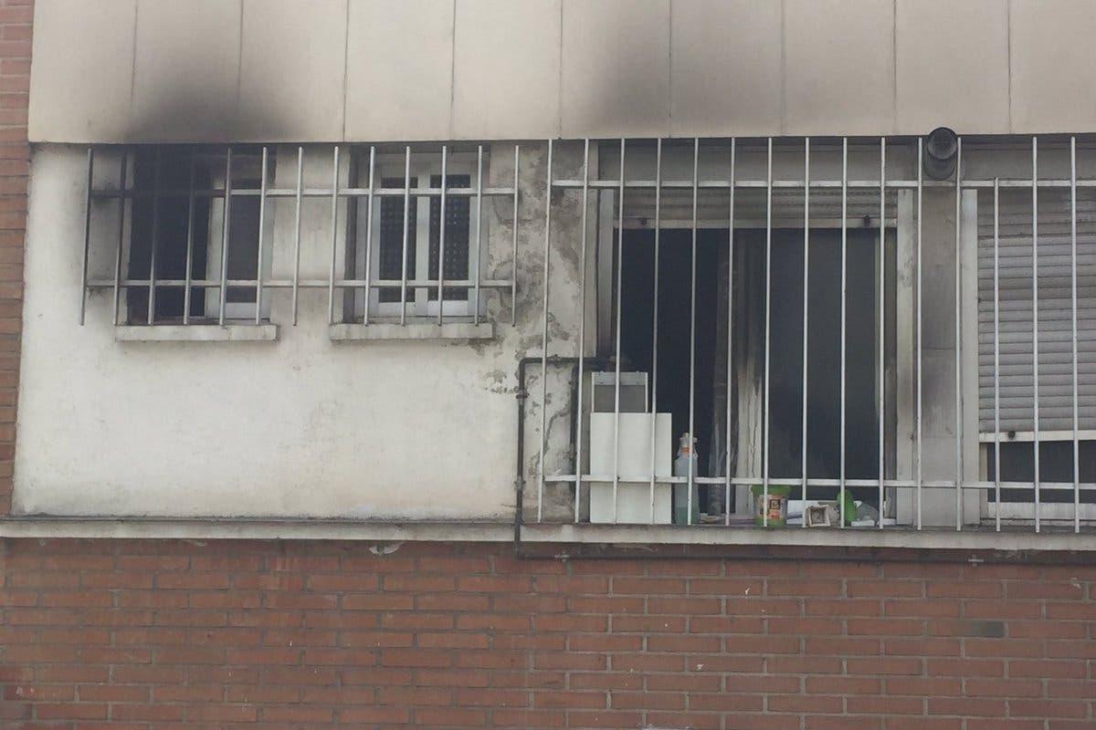 Rescatan a dos menores atrapadas en el incendio de una vivienda en Moratalaz