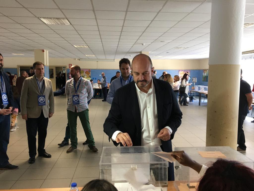 Pedro Rollán vota junto a Ignacio Vázquez en el colegio Beethoven de Torrejón