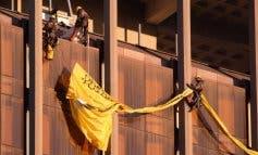 Greenpeace despliega una enorme pancarta en las torres de Colón