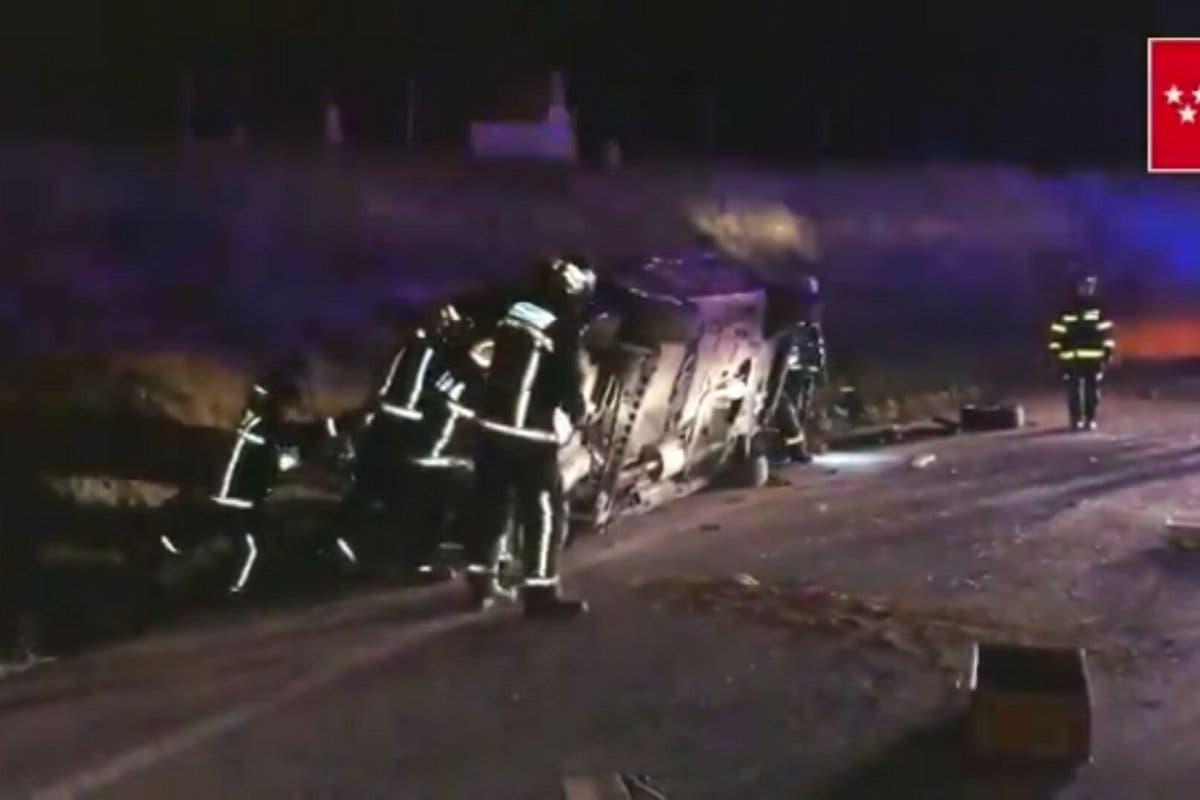 Herido un conductor tras volcar su coche en una rotonda