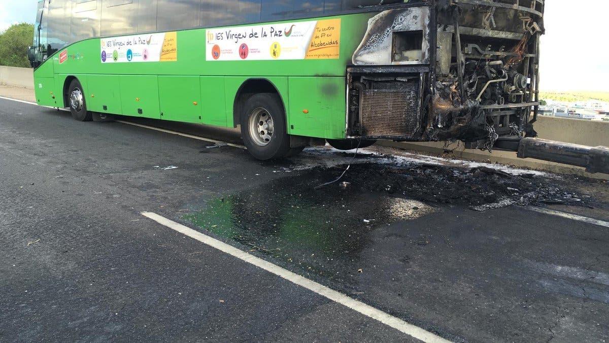 Arde un autobús interurbano en la A-1, a la altura de Alcobendas