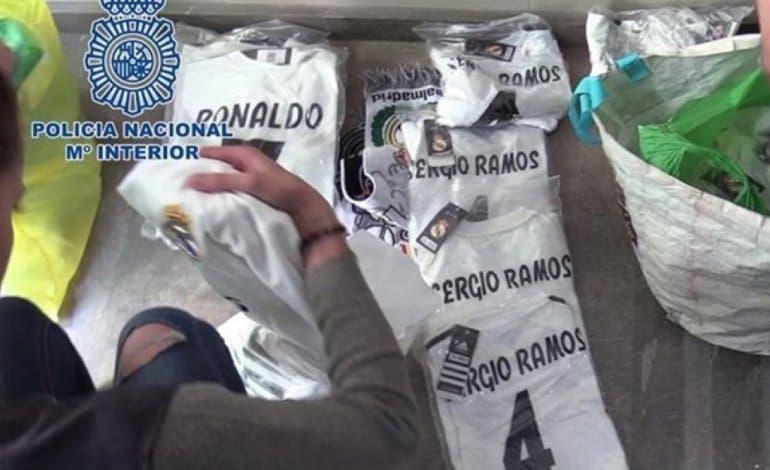 Intervenido numeroso merchandising falsificado listo para su venta en la final de la Champions