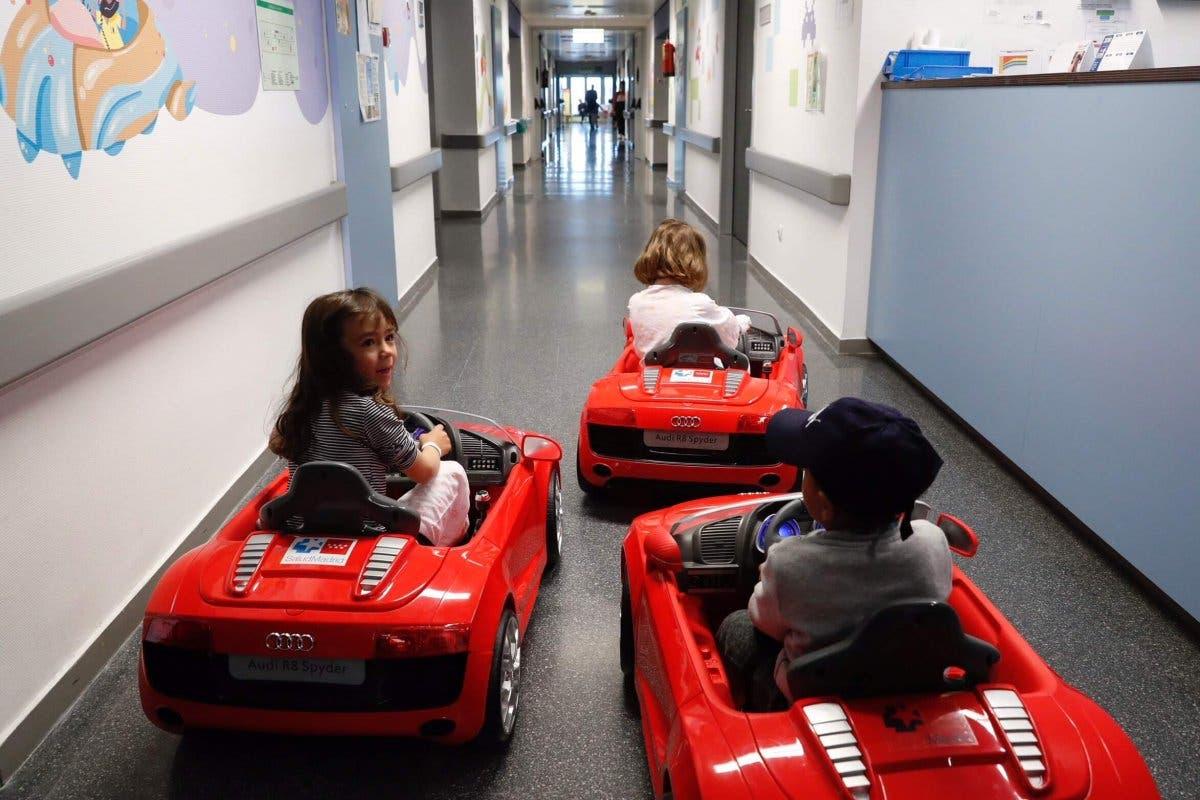 Los hospitales madrileños incorporan coches eléctricos para los más pequeños