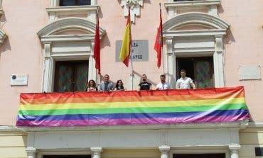 La bandera arcoíris ya luce en el Ayuntamiento de Alcalá de Henares