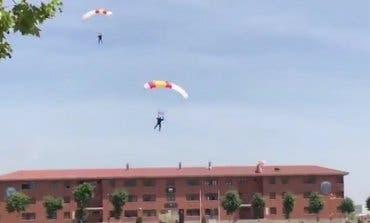 Herido un paracaidista tras estrellarse contra un tejado en Paracuellos