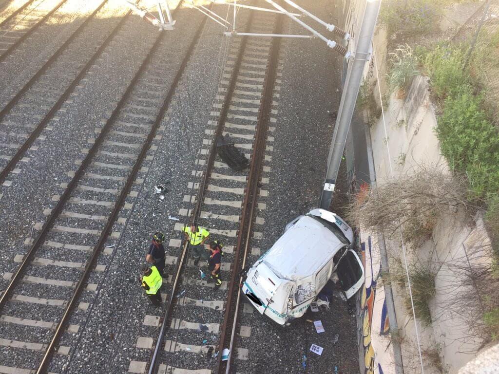 Cercanías: Muere al caer con su vehículo a las vías del tren