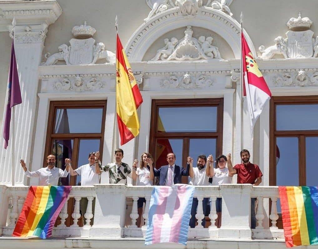 Vox rechaza la colocación de la bandera arcoíris en el Ayuntamiento de Guadalajara