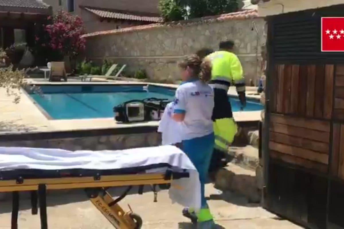 Grave una mujer de 76 años rescatada de una piscina en Madrid