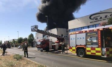 Un incendio en una planta de productos químicos provoca una gran columna de humo