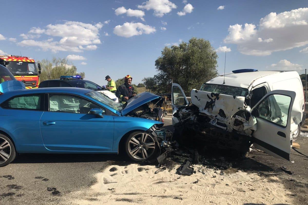Tres heridos, uno grave, en un choque frontal en la M-404