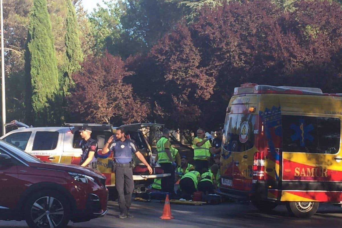 Muere un motorista de 30 años al chocar con un semáforo en Madrid