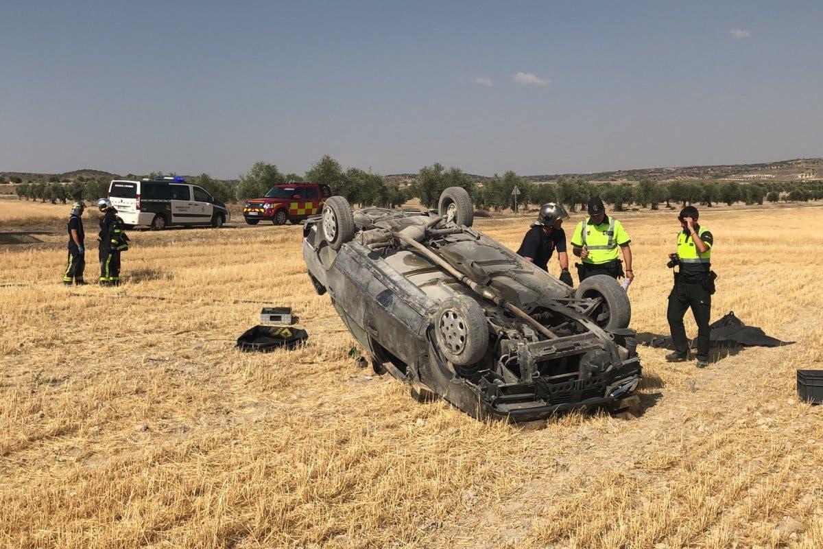 Muere un conductor al volcar su coche en Villaconejos