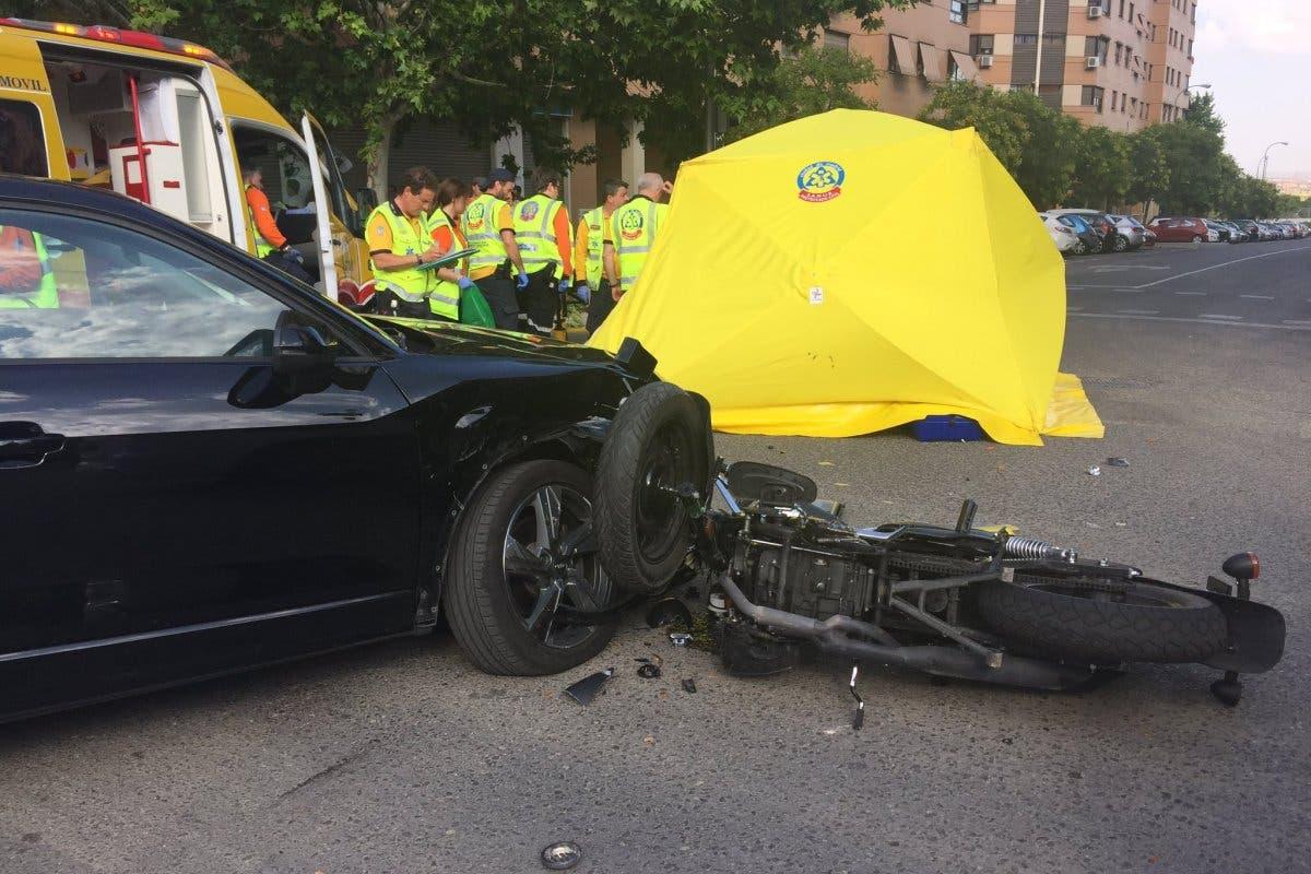 Herido muy grave un motorista tras chocar contra un coche en Vicálvaro