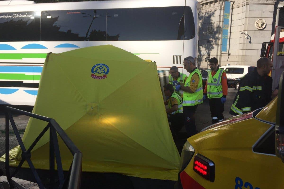 Muere una motorista al chocar contra un autocar en Cibeles