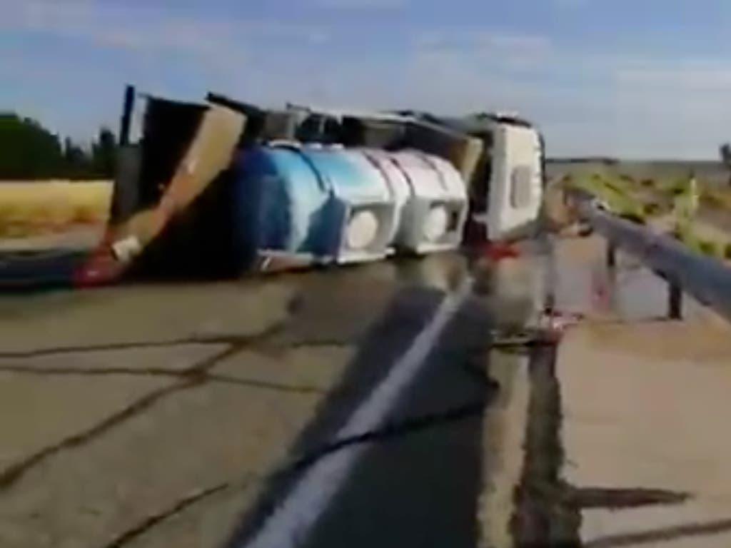 Vuelca un camión cisterna con lejía en la R-2, entre Guadalajara y Meco