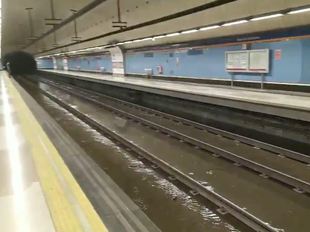 Metro inundado, árboles caídos y vuelos desviados por la tormenta en Madrid