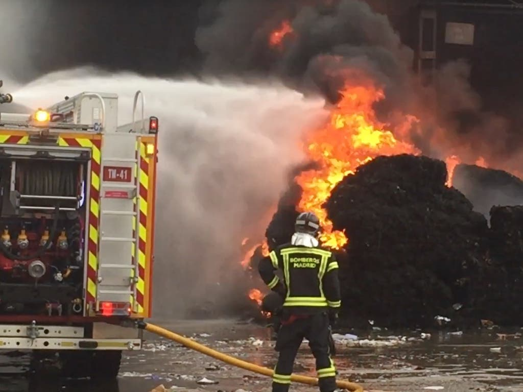 Un incendio en Vicálvaro provoca una gran columna de humo
