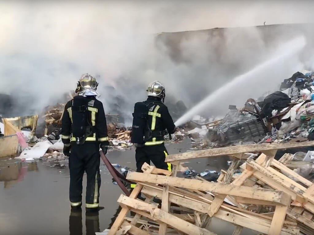 Aparatoso incendio sin heridos en un polígono de Alcalá de Henares