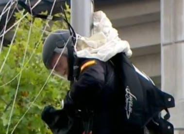 Un paracaidista de Paracuellos choca contra una farola en el desfile de la Fiesta Nacional