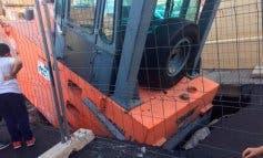 Un socavón se traga una apisonadora de 20 toneladas en Torrejón del Rey