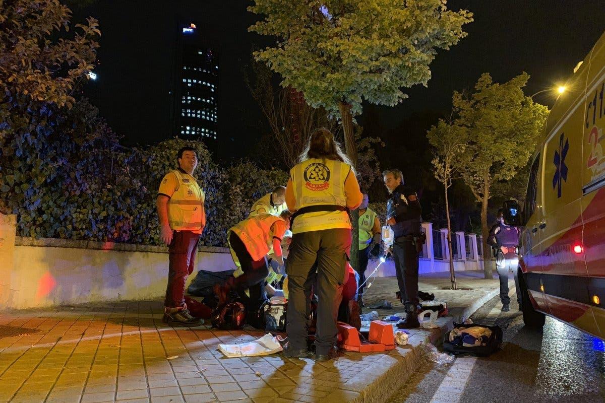 Herido grave un motorista en Madrid tras chocar contra un árbol
