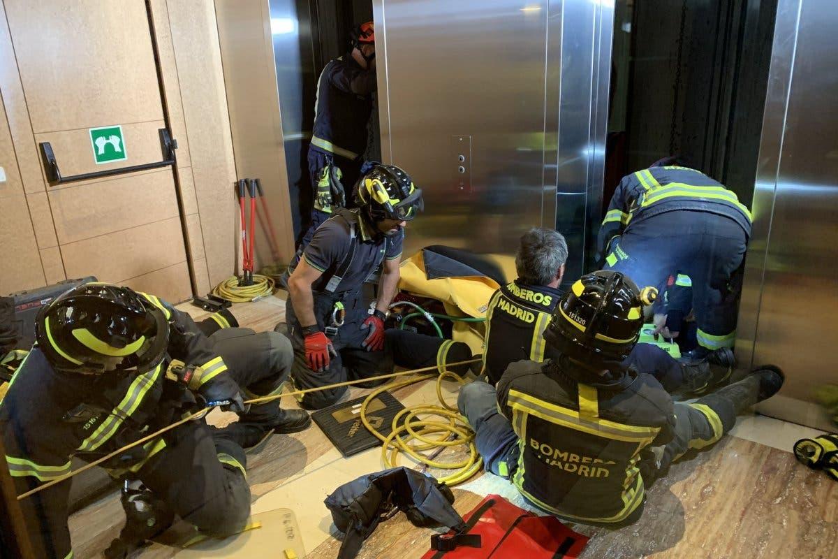 El angustioso rescate de un trabajador atrapado en el hueco de un ascensor en Madrid