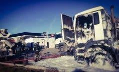 Arden dos hormigoneras junto a una gasolinera en Arganda