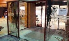 Atacan de madrugada con pintura negra la puerta del Ayuntamiento de Coslada