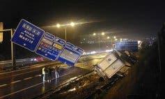 Un camión vuelca en la A-2 tras tumbar un panel de señalización
