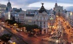 Madrid instala en Gran Vía una bola navideña gigante con luces y sonido