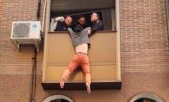 Se intenta tirar por la ventana en Carabanchel tras ser agredido por su mujer