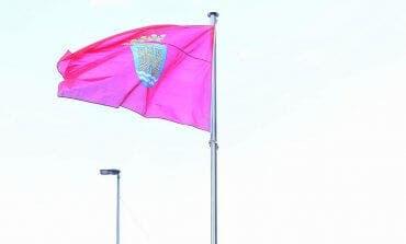 Alcalá de Henares coloca una bandera de la ciudad en Vía Complutense