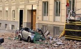 El derrumbe de una cornisa destroza varios vehículos en Madrid