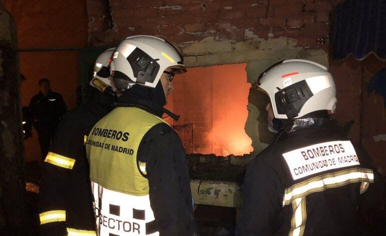 Aparatoso incendio en un conjunto de infraviviendas de Coslada